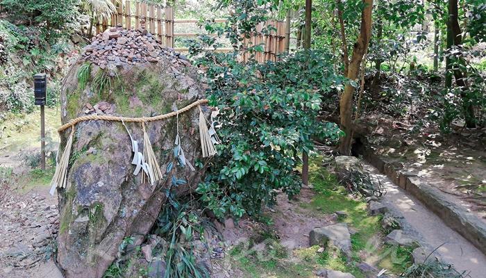 京都の世界遺産 宇治上神社の岩神様(岩神さん)